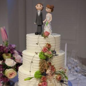 bryllupskage med bryllupskagefigurer eller toppynt