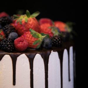 lækker bryllupskage med frugt og chokolade