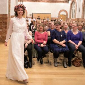 blomsterkrone og boheme brudekjole fra buch couture