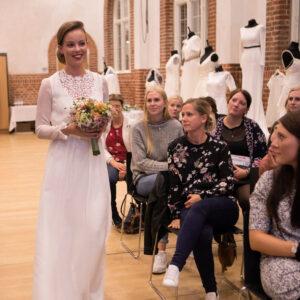 smuk blonde brudekjole med moderne brudebuket