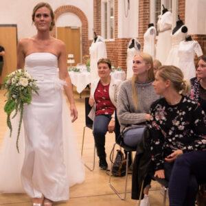smuk elegant brud med brudebuket og brudekjole