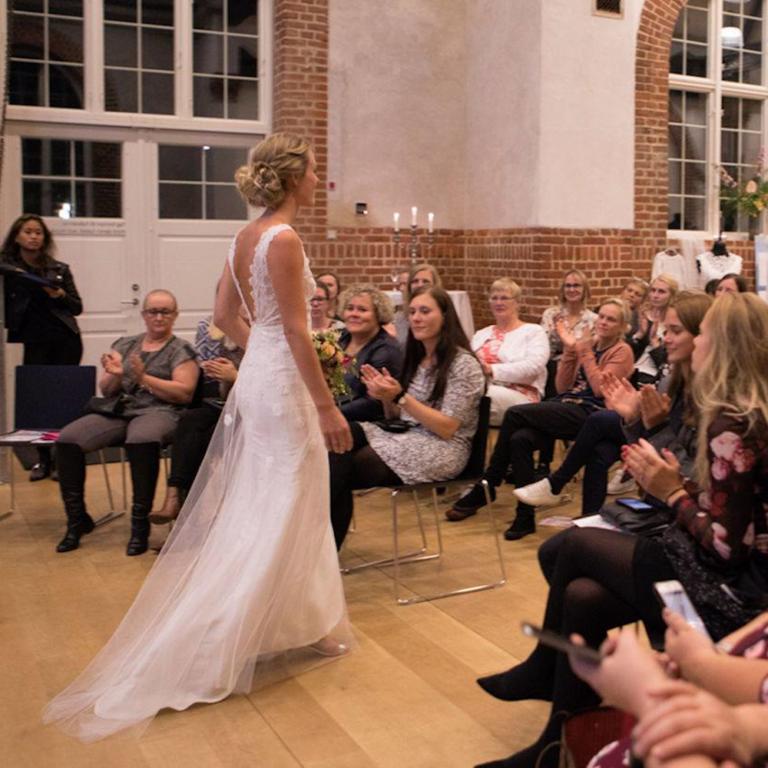 elegant blonde brudekjole fra buch couture